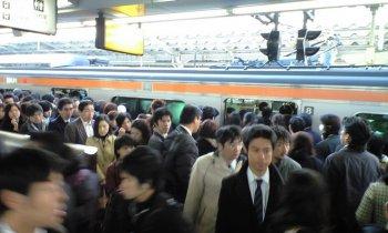 Masinis Osaka Meminta Maaf Karena 'Terlalu Banyak Gaijin' di Kereta